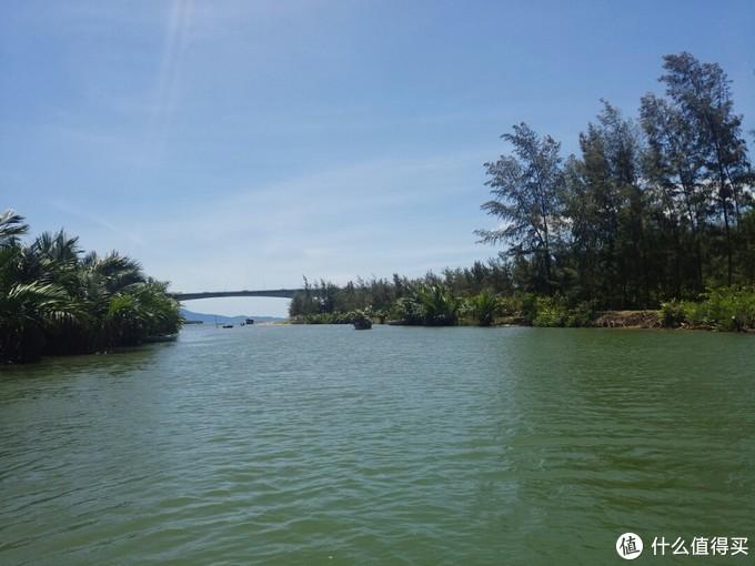 河两边的风景很美