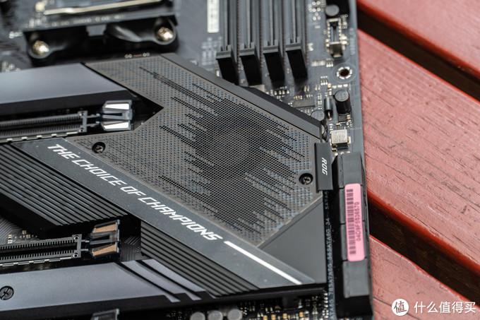 基本上所有的X570芯片组南桥上都有一个小风扇辅助散热,X570-E也是如此