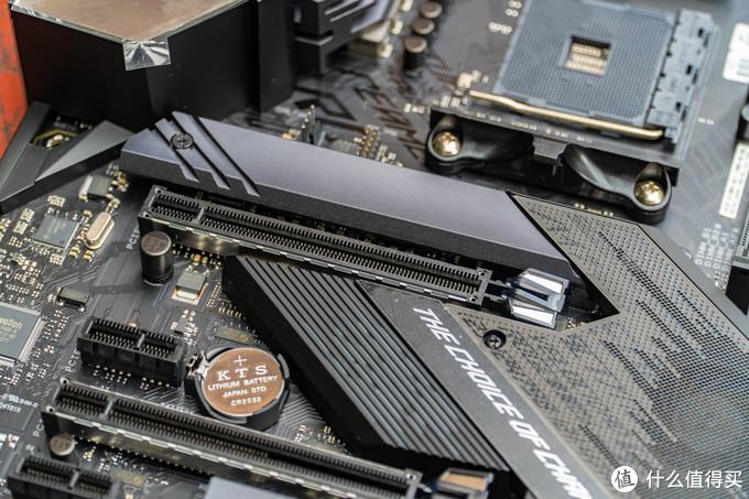 X570-E在PCIe方面做了加强,有金属包裹第一条可以提供X16的PCIe 3.0 或 PCIe 4.0。在第一条PCIe接口的上方则是第一条M.2接口,有散热片的设计。