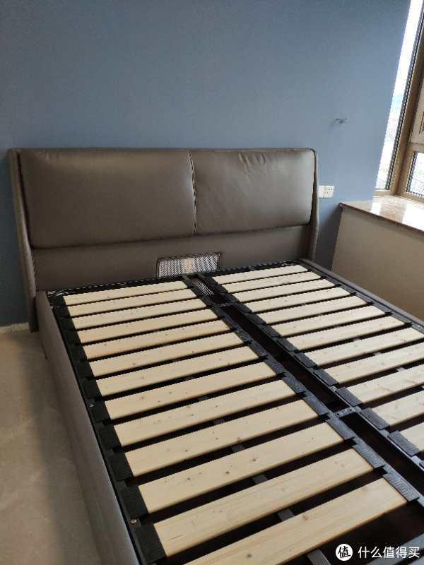 床板及床体均为松木,由于选择的弹簧床垫,床板间距买了个4cm以下的(这款算是比较密室的)。