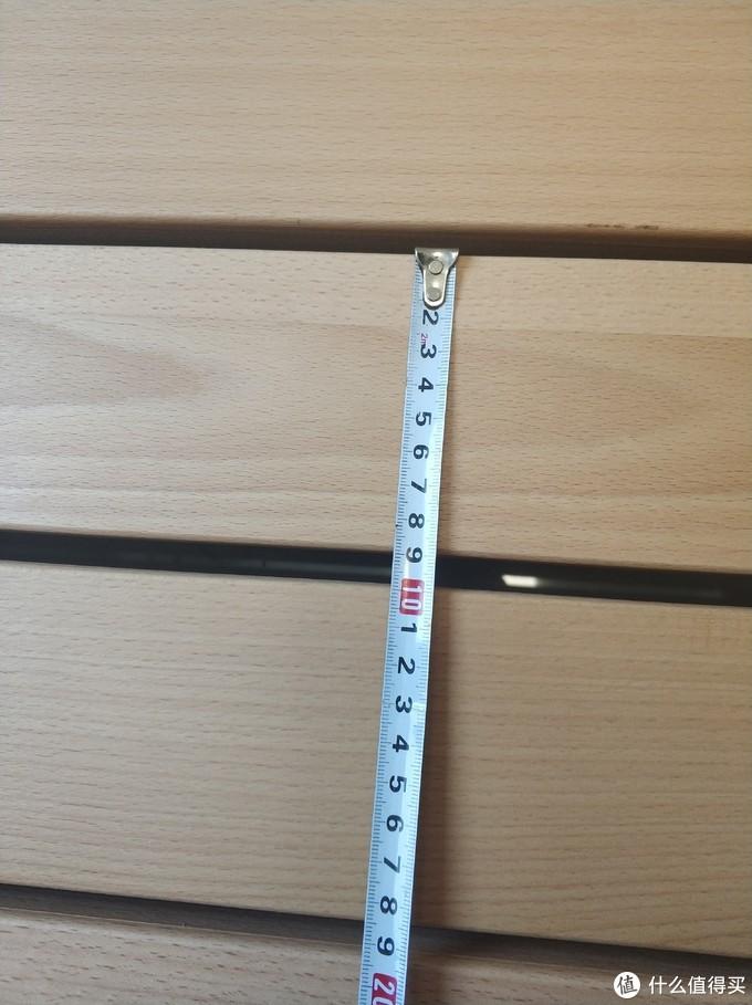 床板间距1cm,为打磨光滑的榉木,中间还有一根钢筋穿带,站上去不晃悠,完美