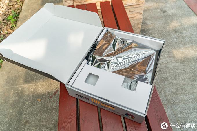 在包装的第一层有一个可以稳定主板也可以放置附件的设计