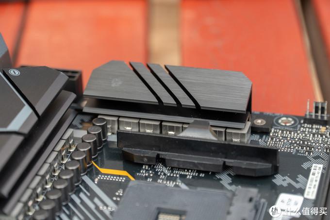 供电区域的两块散热片为相互独立,虽然没有热管相连,但是不是极限超频的话大部分工况不会造成影响。