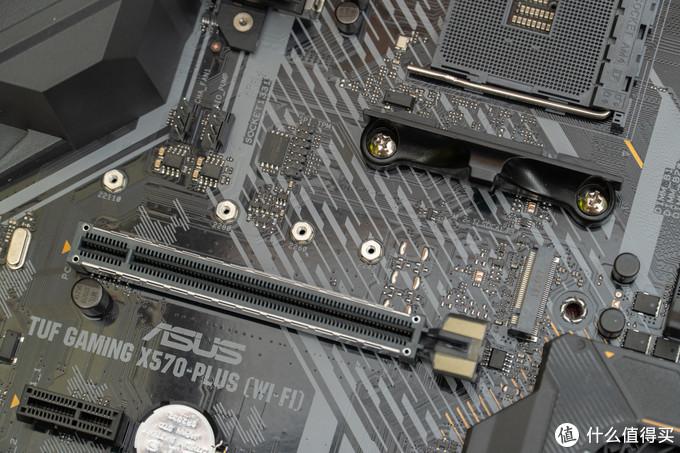 在第一个PCIe插槽的上方是第一个M.2插槽,支持PCIe 4.0 x4 NVME协议,以及22110长度的M.2固态硬盘