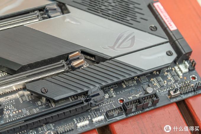 南桥散热片的下方就是C8H第二个M.2接口,同样支持PCIe4.0的SSD,也配有一个和整体风格非常匹配的散热片。