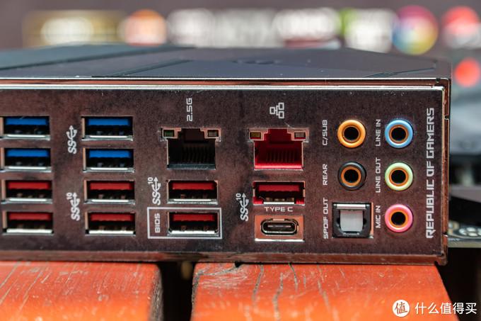 C8H上使用双网卡实在令人意外,通过观察我们可以看见一个是千兆网,一个是2.5G以太网口,并且支持ROG Gamefirst 技术。并且整个I/O都有ESD 静电防护。