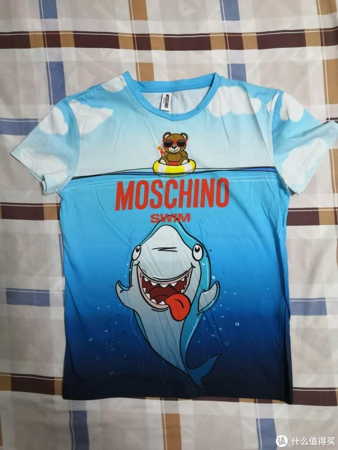炒鸡萌的印花图案T恤。蓝天白云大海、小熊恶鲨。