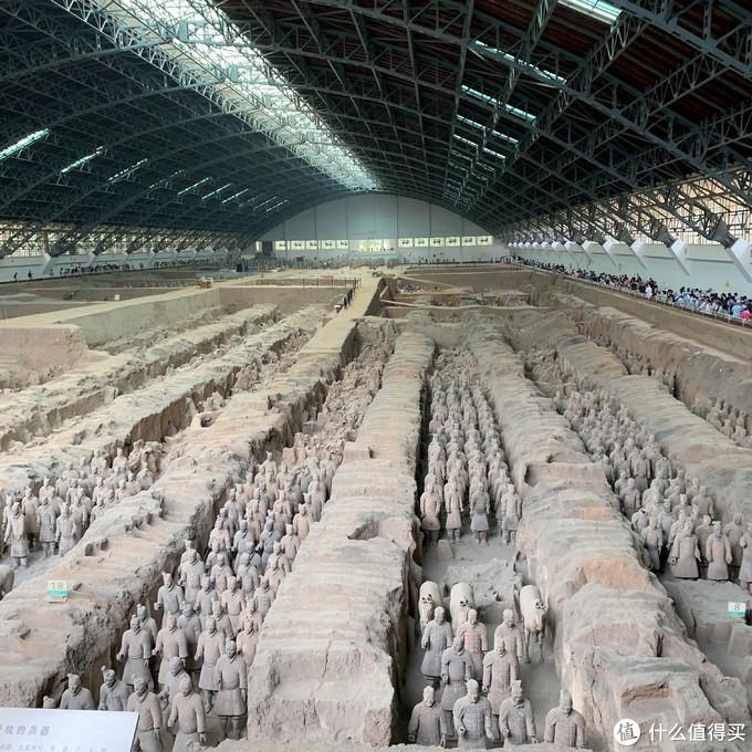 一号坑,场面很壮观,看得人也是最多的,很难想象中国第一位皇帝竟能如此为自己死后装b一万年,有个微信小程序叫寻迹始皇陵,可以vr观看兵马俑全景