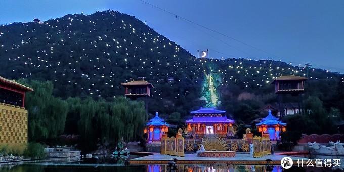 舞台背景的山也会有灯光布置,山上的投影月亮有没有看到?