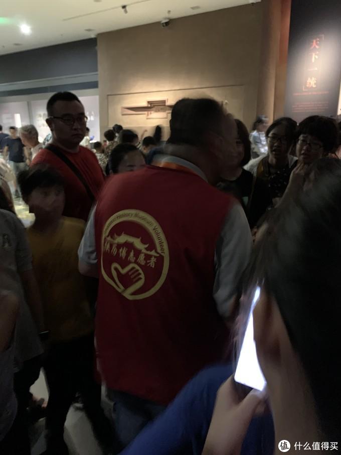 参观过程还看到这个穿着红马甲的志愿者讲解员,给小孩子和家长们说的历史故事都很精彩,我都好奇的听了很久。