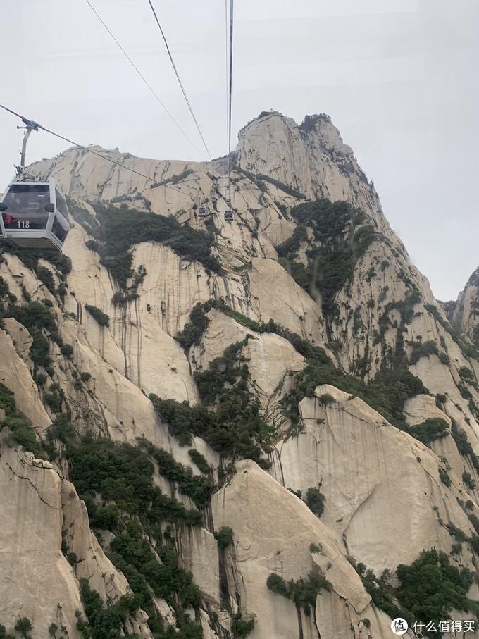 华山西峰的索道还挺刺激的,据说修建了13年时间,依山而建,不是直上直下的,而是M型的,怪不得我竟然坐出了过山车的感觉。