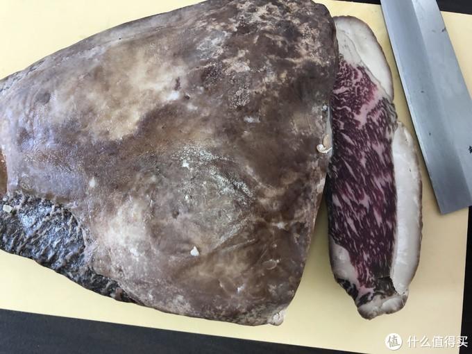 可以看到肉的颜色比鲜肉深很多