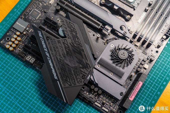 拆开风扇挡板之后才能安装M.2固态硬盘,稍微有点麻烦。
