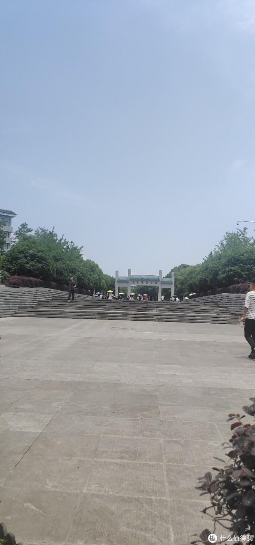 这个是珞珈路上的武汉大学门口牌坊