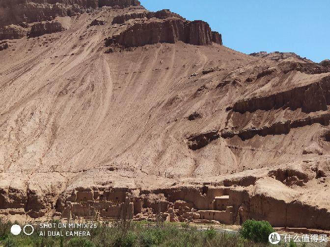 山脚下是一个并没有被开发成景区的佛洞,更显得荒凉没有生机。