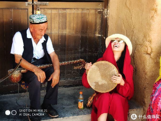 偶遇学习手鼓的游客
