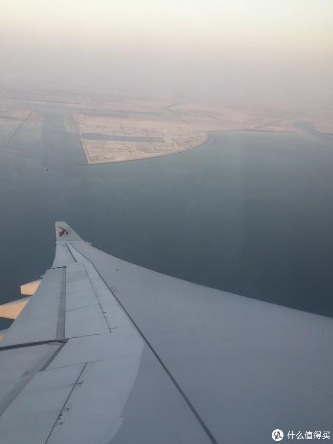 飞机即将抵达多哈,在机场上方盘旋