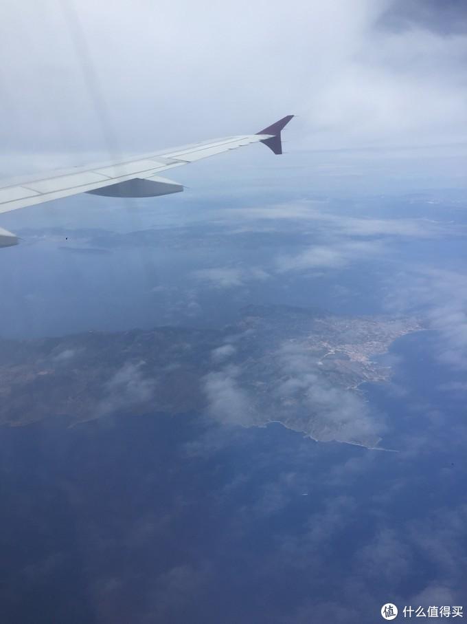 飞机 在爱琴海的上空,到处可见海面上的岛屿。据说爱琴海上有3000多个大小岛屿