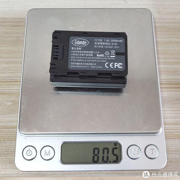 ▲实测重量80.5g,是副厂电池中最重的。