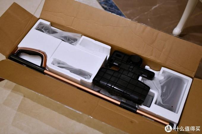▲首先来看看包装箱,包装箱整体简单大气,白色的底,正面中间有个提手,方便用手拎着,