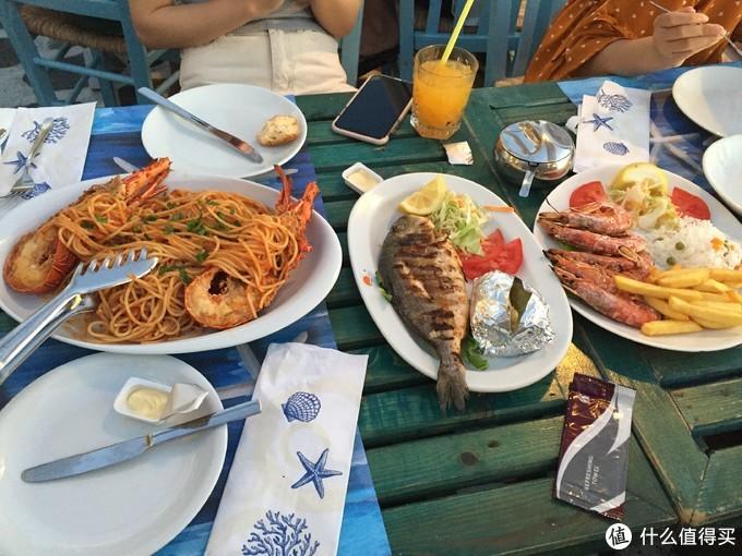 四个人点了三个菜和饮料,幸亏送的面包多,不然不吃虾子的寡人还真吃不饱
