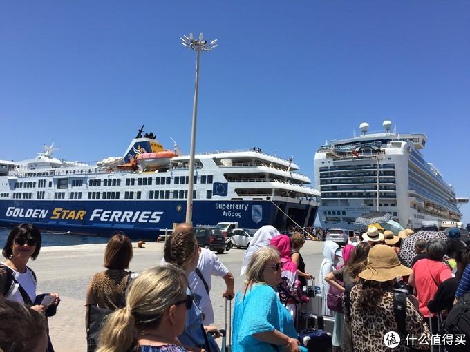 我们的船在大游艇面前就是小巫见大巫,纵然如此还是排队开了好些车上去