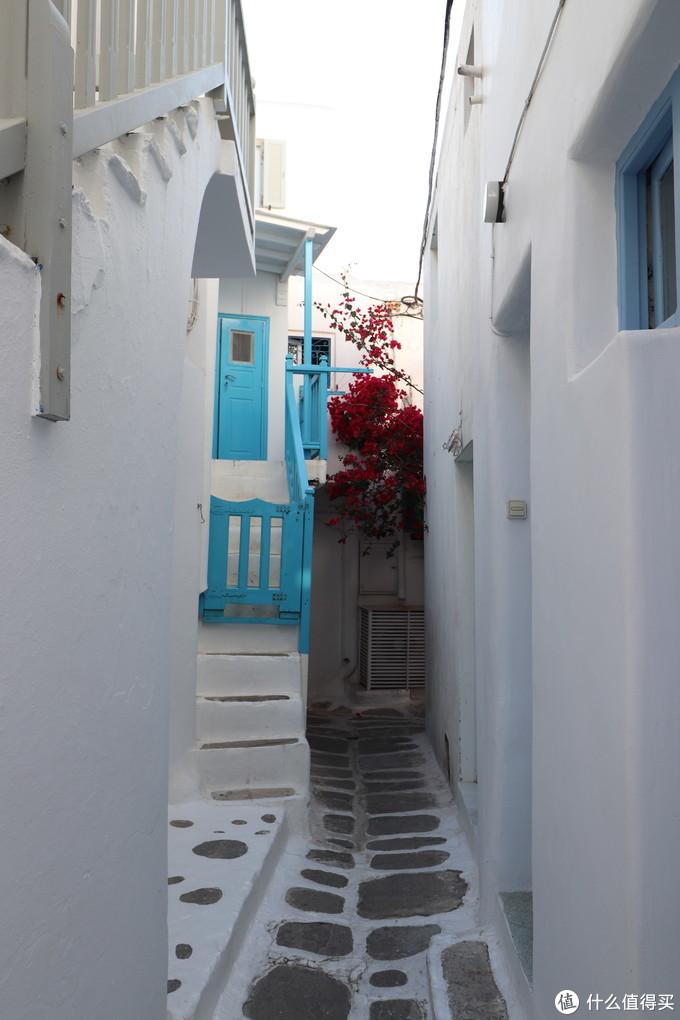 小镇中道路、房子的门和阶梯都做的小小的,所以给人精致的感觉