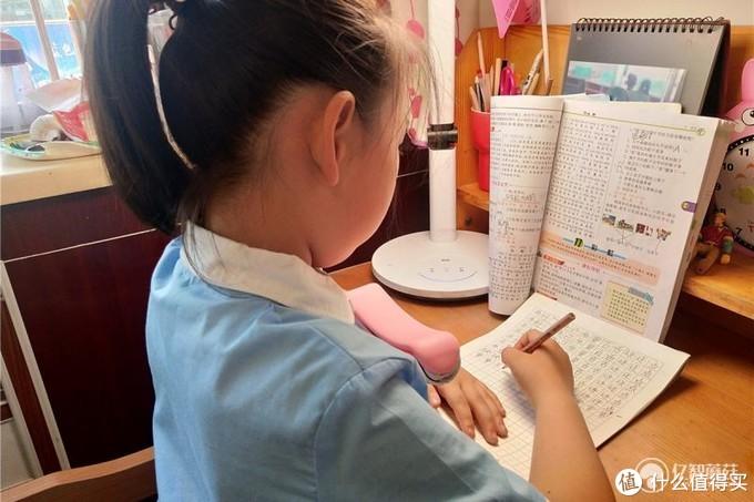 培养孩子正确坐姿有妙招,防近视智能闹钟体验!