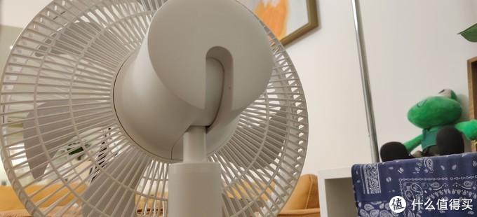 它可以实现向下-5°,向上90°,水平360°旋转,上下角度是需要手动调节的。