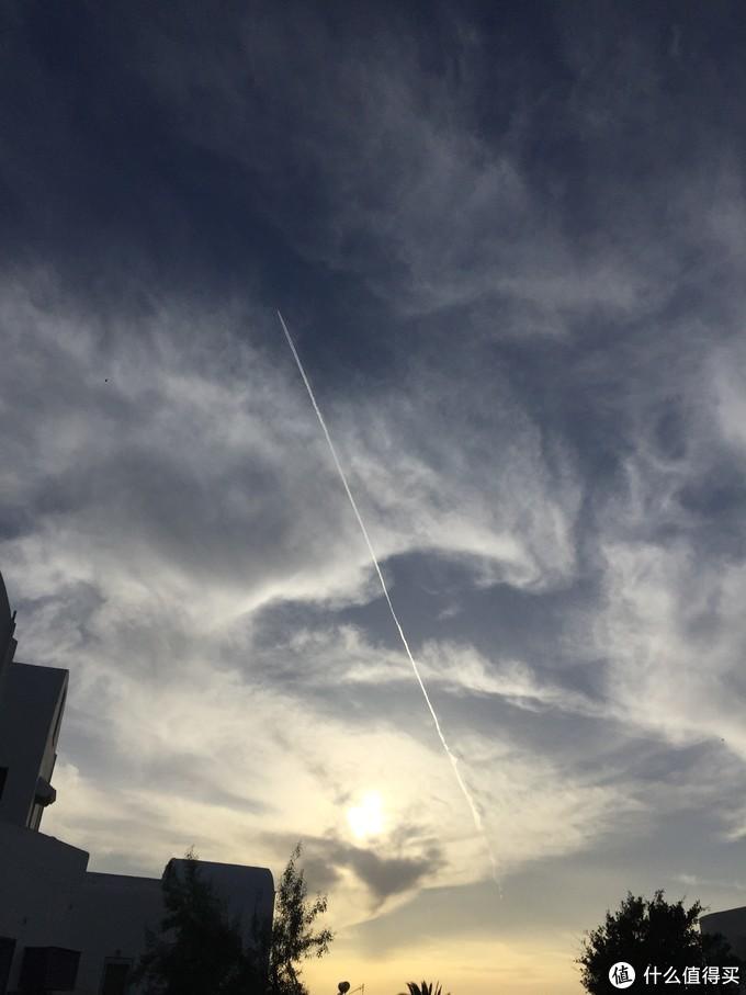 饭后迎着落日走去看到透彻的天空被飞机尾流拉出的线条,一路上天上这种线条还挺常见的