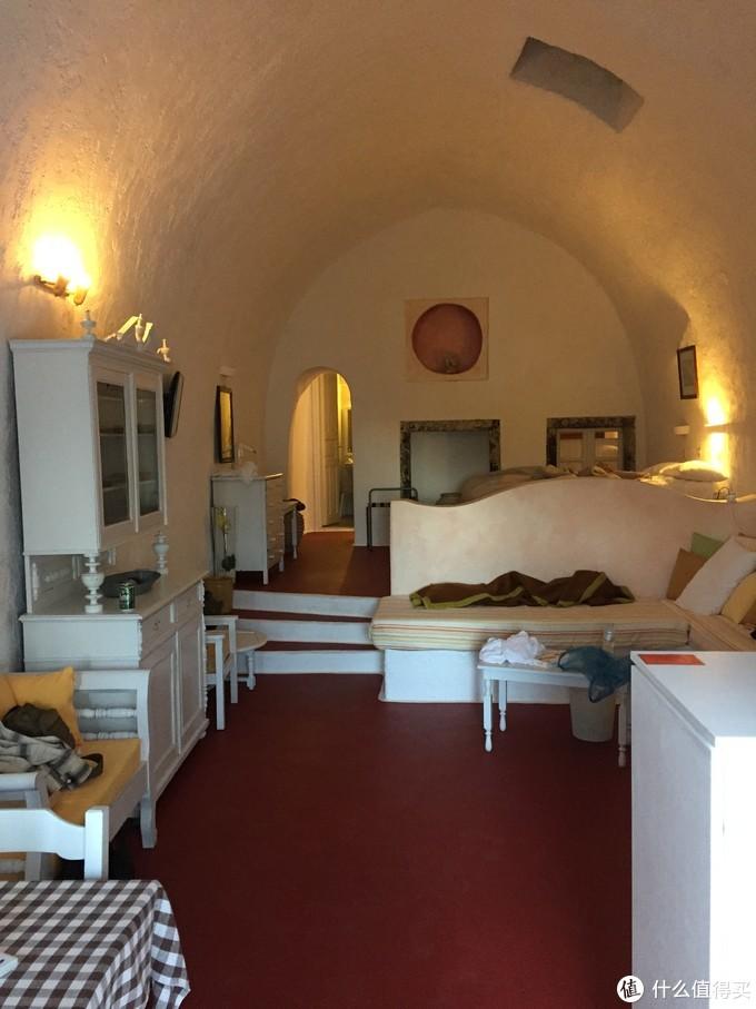 房间可能是因为在酒店最底层的缘故,还是很大,像住在一个大洞穴里。鹏哥占领的那张沙发也就是石台上放了层厚厚的垫子