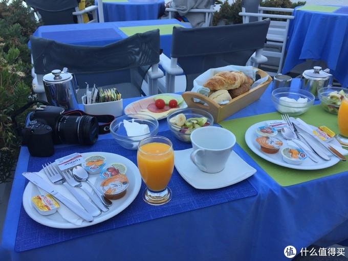 早餐是面包、沙拉、培根、火腿、酸奶块加橙汁咖啡,这边的酸奶居然是固体块狀的,热乎乎的羊角面包寡人吃着挺香的
