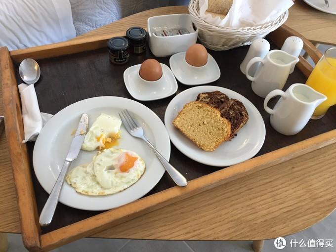 这家酒店的早餐分量比昨天的就少一些了