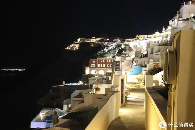 在酒店底层外面还有条小巷子通往其他悬崖酒店,此处在酒店院墙上看出去。最左边那点灯光是伊亚小镇