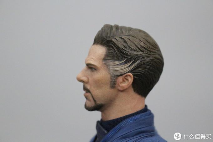 虽然有很多玩家进行了后续植发等操作,但是对于我这样的初阶粉丝来说,这颗头雕的发型刻画已经相当出色了,发色的层次感,两鬓斑白的样子做得不错