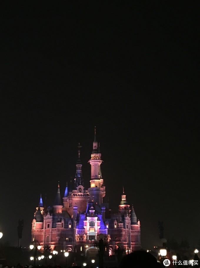 由于我拍的烟火秀都像城堡着火,就放一张灯光秀之后的城堡吧。真是不论哪个角度看都好梦幻。