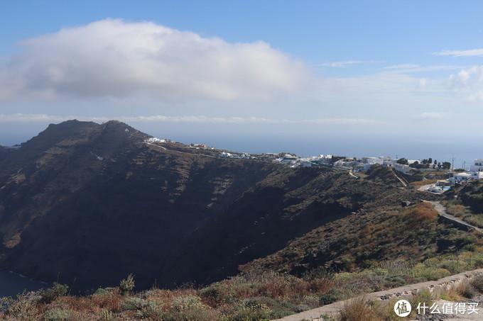 悬崖边的步道一直延伸到远方