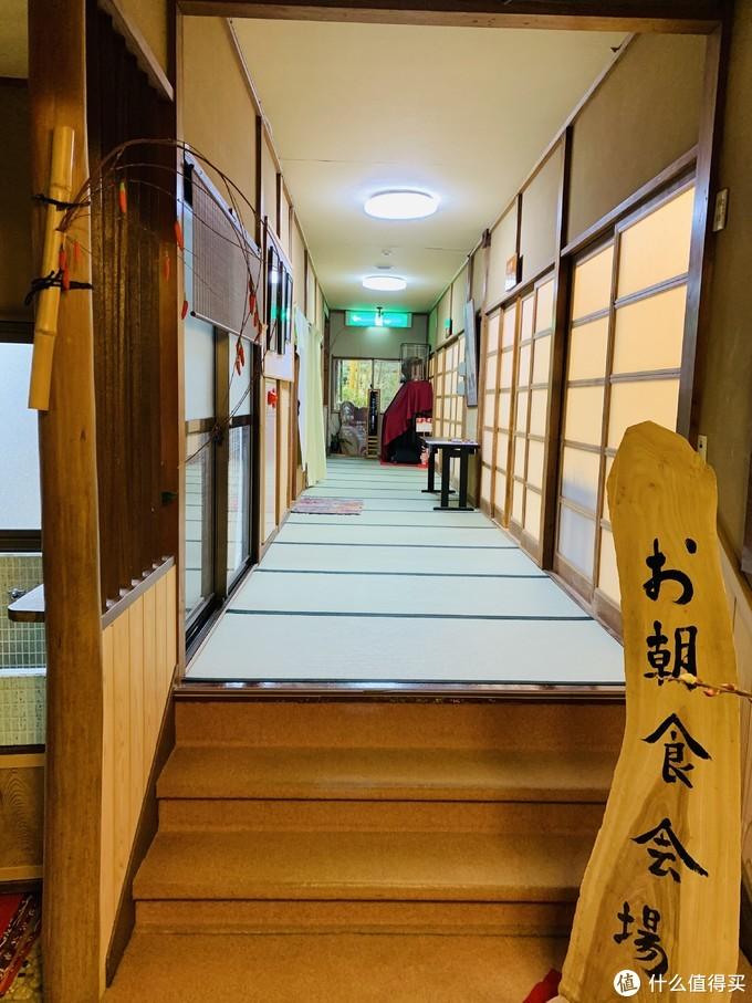 通往餐厅的长廊
