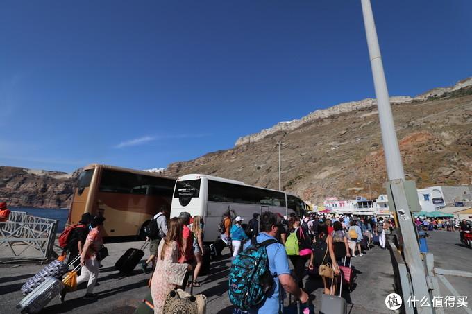 到港下船后看到面前这一大壁悬崖还是挺高的,大巴车在狭窄的之字形路上错车还是需要技术的
