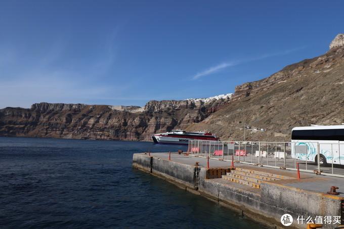 悬崖的海岸线是曲折的,在港口看菲拉只能看到一小部分白房子