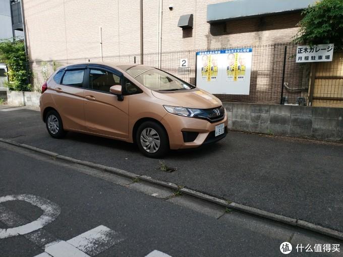 回来路上看到一辆配色很迷的三代飞度(本人座驾。。)。日本街头轻汽车很多,飞度没看到几辆,没国内多。