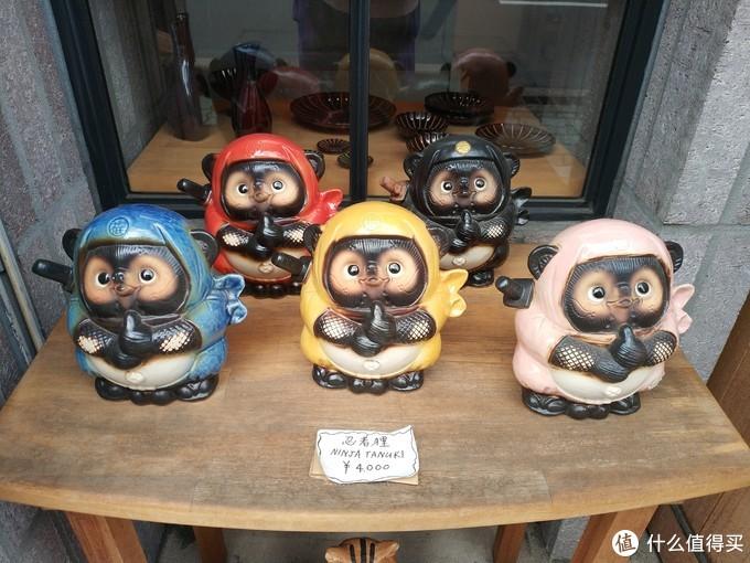 京都很多商家的门口都会摆放一个狸猫的陶瓷像,作用跟招财猫差不多,保佑店家生意兴隆的。如果不是太重了,我也想带一个回来啊。