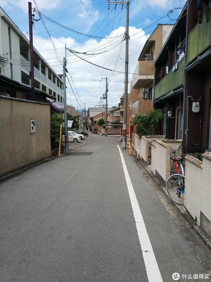 京都到处都是这样的马路,长的也都挺像的。但是你不会迷路,因为京都的建筑都是仿唐代长安洛阳建造的,方方正正,每条小路都联通着主干道,只要记得大致的位置,就一定能走到正确的位置去。