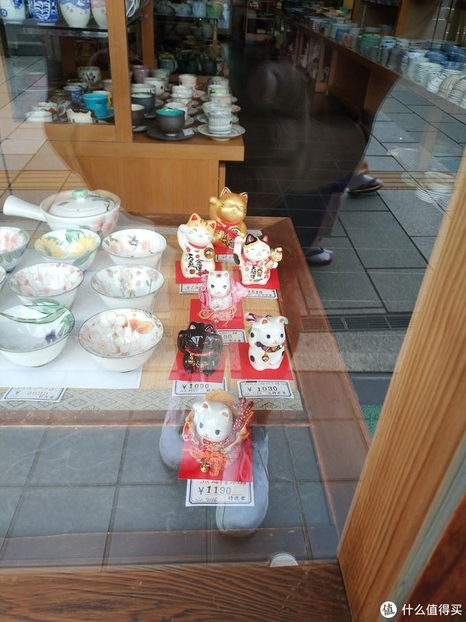 一家卖陶瓷制品的店,好多招财猫。
