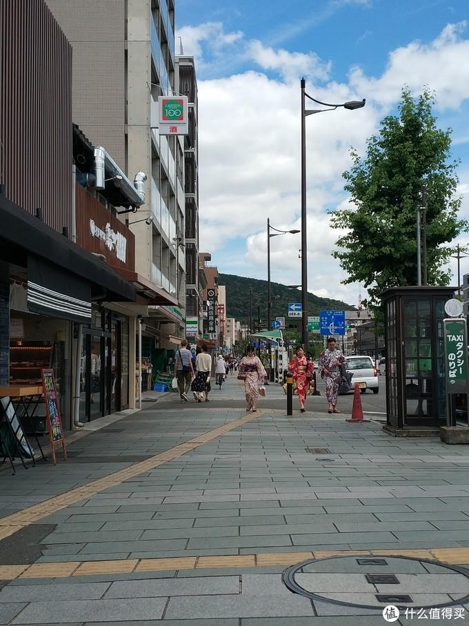 约11点半,他们终于换完了和服,我们在京阪电车的五条站汇合。今天要开始使用京阪电车2日券了,券是我昨天在4条那边的自提点提取的,很方便,出示店家发我的pdf就可以了。