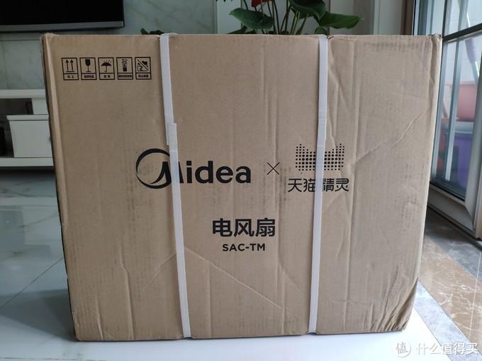 包装箱正面是美的和天猫精灵的logo