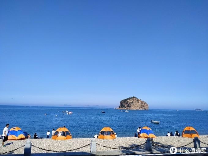 当地人带孩子海边扎帐篷