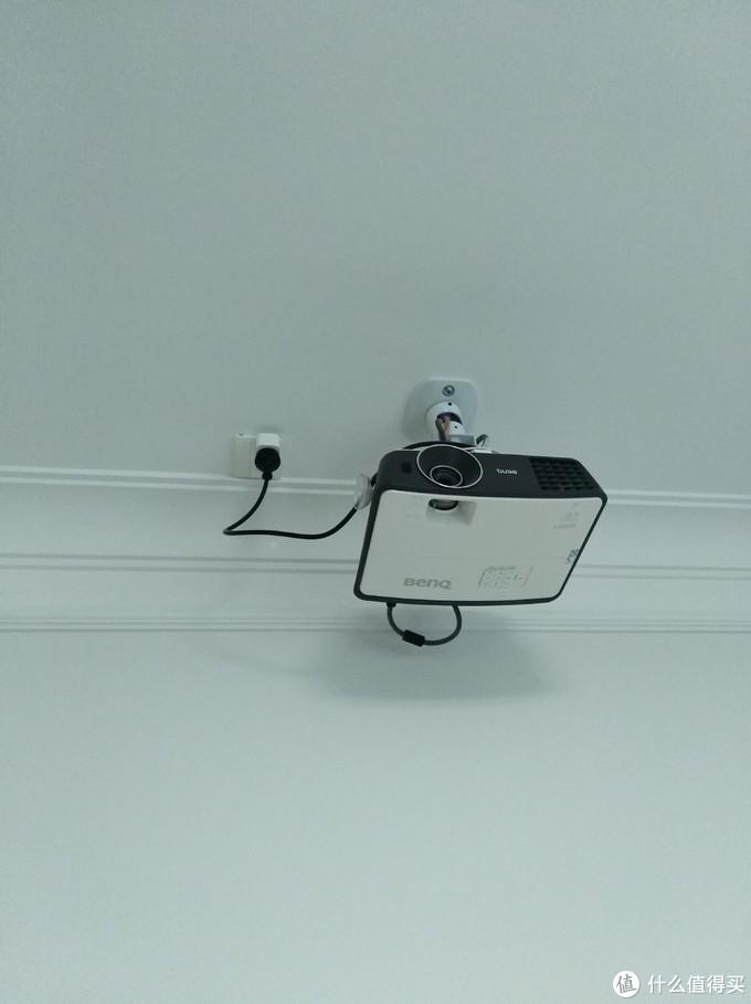 安装在天棚上的投影仪