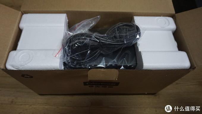 包装箱里配件除了电源线和一根数据线之外就没别的了,连说明书都没有