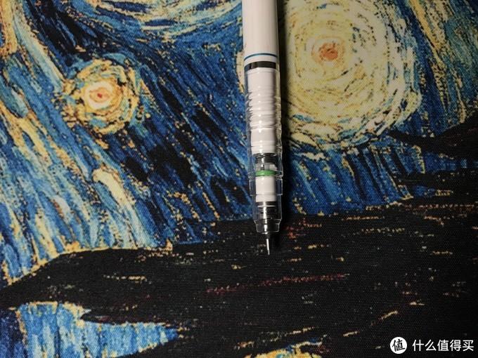 笔头弹簧是防断芯设计,笔身塑料,握取处粗细适中
